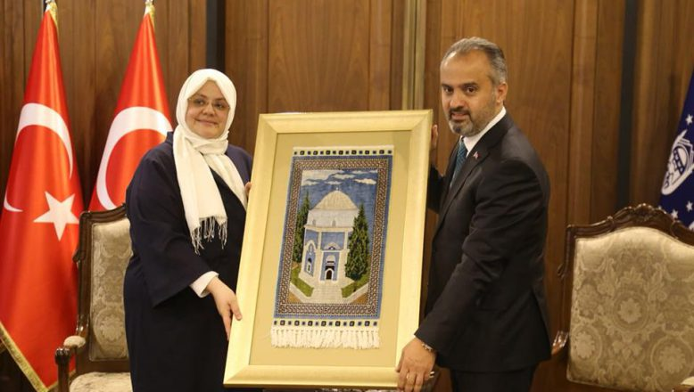 Bursa'nın dağ ilçelerinden Bakan Selçuk'a ipek tablo hediye edildi